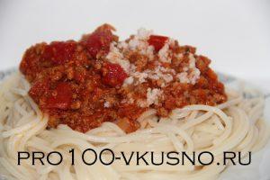 Спагетти с фаршем и чесночной заливкой