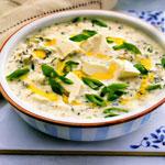 Холодный суп таратор с брынзой, огурцами и грецкими орехами.