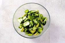 Салат из огурцов, авокадо и сыра с лаймовой заправкой.