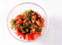 Арбузный салат с сыром, помидорами и мятой.