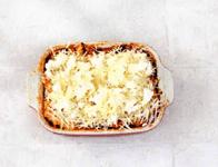 Запечённое рагу из баклажанов с красным луком и сыром.
