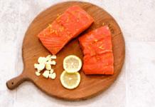 Рыба «в конверте» с оливками, лимоном и сыром.