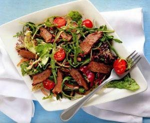 Салат со стейком.