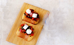 Брускетты с помидорами, базиликом и рассольным сыром.