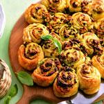 Пироги-булочки с брынзой, маслинами и зеленью.