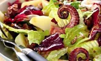 Тёплый салат из осьминога с картофелем.