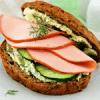 Сэндвич с колбасой и огурцами.