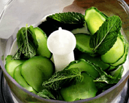 Салат из гребешков с огуречным соусом.