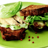 Сэндвич со скумбрией и горчичной заправкой.