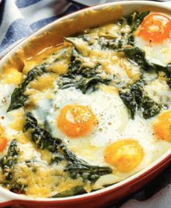 Яичная запеканка со шпинатом и сыром.
