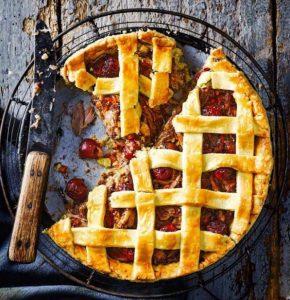 Пирог с уткой и вишней.