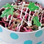 Свекольный салат с печенью и огурчиками.