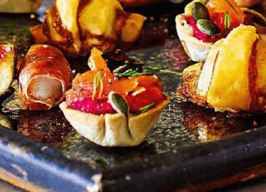 Тарталетки с копчёной рыбкой и соусом из свеклы и нута.