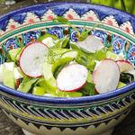 Салат с листьями черемши и редисом.