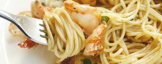 Паста с креветками, лососем и сливочным соусом.