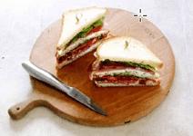 Клаб-сэндвич с ветчиной и кремом из брынзы