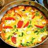 Летний омлет в духовке с помидорами, сыром и зелёным луком.