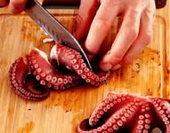 Тёплый салат из осьминога с картофелем