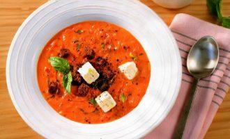 Томатный суп с рассольным сыром и сухариками.