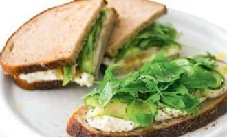 Сэндвич с копчёной рыбой.