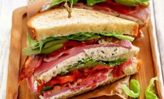 Клаб-сэндвич с ветчиной и кремом из брынзы.