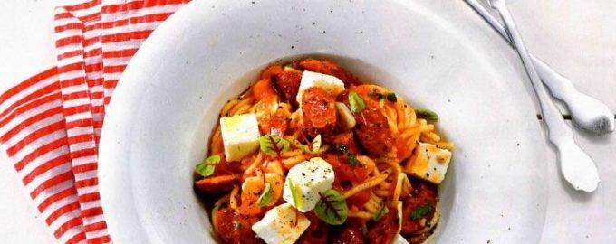 Спагетти с колбасками, помидорами и рассольным сыром.