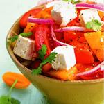 Салат из помидоров, маринованного лука и сыра.