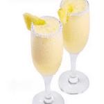 Коктейль из ананасов с шампанским.