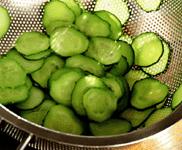 Салат из гребешков с огуречным соусом