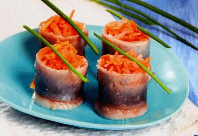 Рольмопсы из сельди с луком и морковью.
