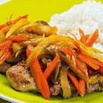 Стейки из свинины с рисом и овощами.