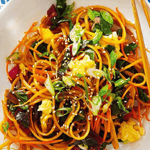 Спагетти с овощами и кунжутом.
