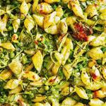 Запеченные ракушки с песто и овощами.