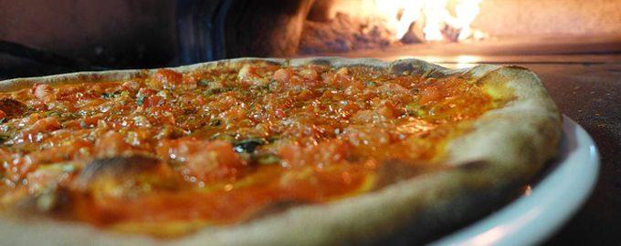 Пицца с курицей и чесночным соусом.