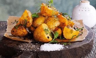 Запеченный картофель с сальсой из паприки.