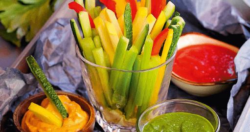 Овощи с дипами.