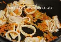 Кальмары в сметанном соусе с луком