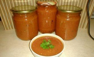 Разливаем соус в стерилизованные банки, закручиваем крышками и оставляем до полного остывания. Храним в погребе или кладовке.