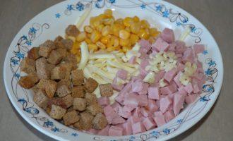 Студенческий салат с сухариками и кукурузой