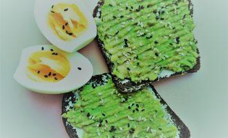 Тосты с авокадо, яйцом и кунжутом