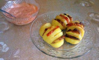 картошку-гармошку с копчёной грудинкой, помидорами и сыром