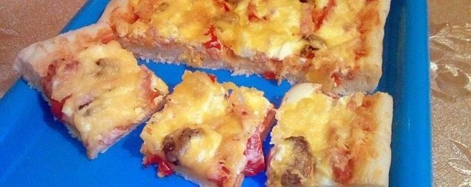 Домашняя пицца с варёными яйцами и колбасой