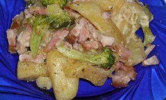 Картофель в сливочно-сырном соусе с брокколи