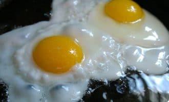 Сколько жарить яичницу