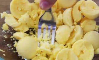 Фаршированные яйца с беконом