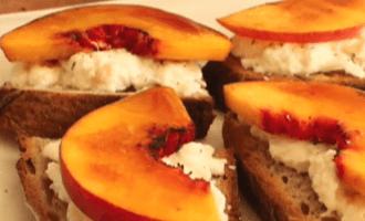 Брускетта с персиком и сыром буррата