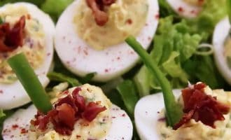 Фаршированные яйца с беконом, сыром и перцем
