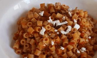 Макароны с томатным соусом и сыром
