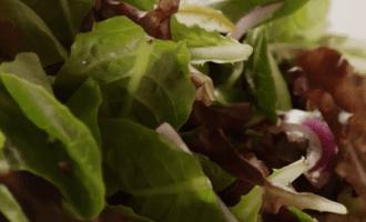 Салат с грушами и сыром с плесенью