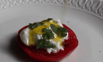 Салат с помидорами и бурратой